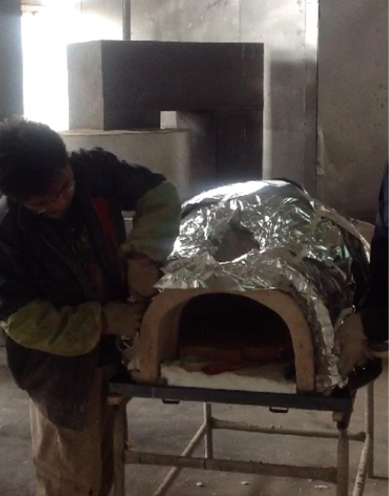 Het isoleren van de Amalfi Pizzaoven met aluminiumfolie