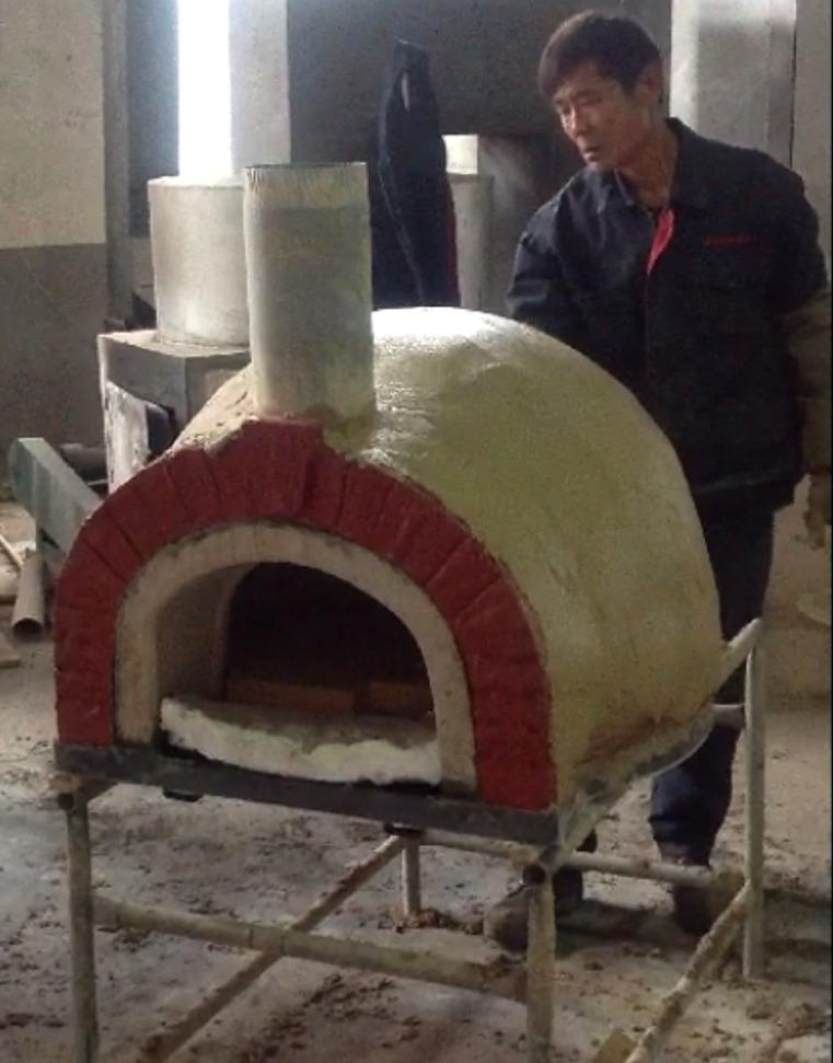 Het afwerken van de Amalfi Pizzaoven met isolatie en gemalen vuursteen